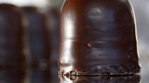 In Schotten-Wingershausen kann man bei seiner Herstellung zuschauen: Ein Schokokuss
