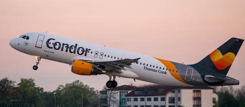 44 Stunden mussten Fluggäste von Condor vor kurzem auf ihren Flug nach Teneriffa warten. In so einem Fall stehen den Passagieren Entschädigungszahlungen zu.