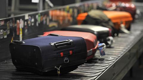 Koffer auf Gepäckband am Flughafen