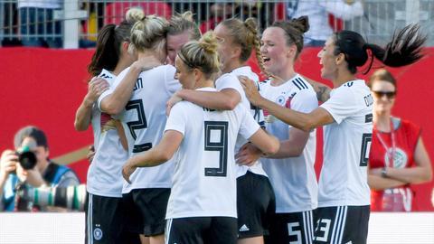 Spielerinnen der deutschen Fußball Nationalmannschaft jubeln nach dem Treffer zum 1:0 gegen Chile.