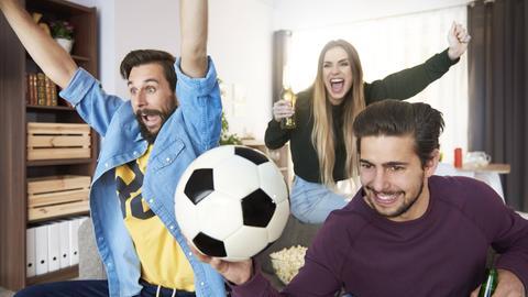 Freunde schauen gemeinsam Fußball