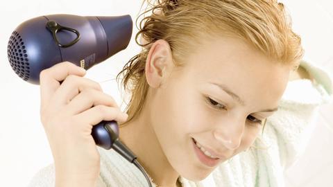 Zumindest bei Erwachsenen sind nasse Haare keine echte Erkältungsgefahr