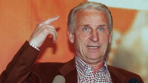 Giovanni Trapattoni 1998 auf einer Pressekonferenz des FC Bayern.
