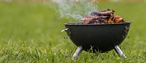 Holzkohle-Grill mit Fleisch