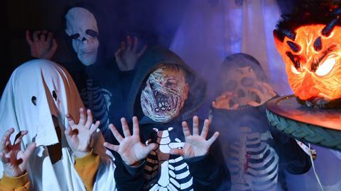 Als Geister verkleidete Kinder an Halloween