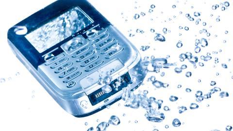 Das Handy schwimmt im Klo