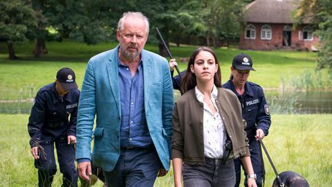Klaus Borowski (Axel Milberg) und Mila Sahin (Almila Bagriacik) schicken eine Suchstaffel über das Gelände der Voigts.