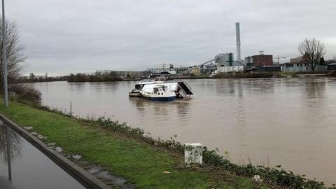 Das havarierte Hausboot von Richard Kling im Main