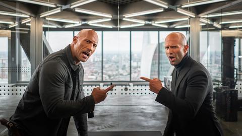 """Szene aus """"Hobbs & Shaw"""" mit Dwayne Johnson und Jason Statham."""
