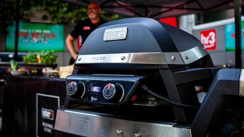 Könnte Euch gehören: Ein Weber Pulse 2000 Elektrogrill inklusive Rollwagen.