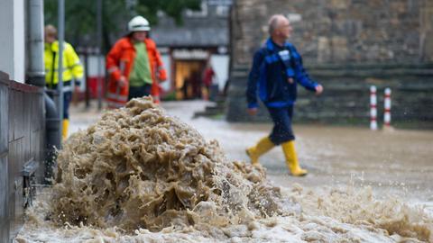 Wasser überflutet in Goslar (Niedersachsen) die historische Altstadt.