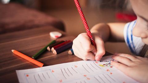 Kind lernt