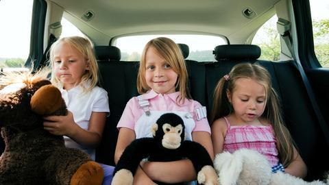 Drei kleine Mädchen sitzen im Auto