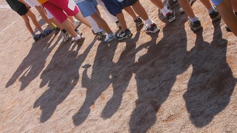 Kinder warten in der Schlange, bei heißem Wetter