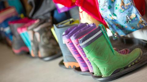 Kinder Gummistiefel im Kindergarten