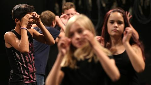 Schüler nehmen an einem Pantomime-Workshop teil