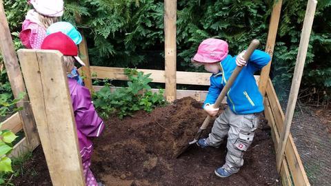 """Kinder aus dem Waldkindergarten """"Die Wühlmäuse"""" in Rodgau suchen einen Platz für ihren Kürbis"""