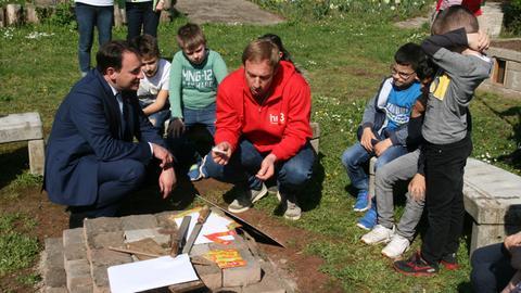 Tobi und der Hessische Kultusminister Prof. Dr. R. Alexander Lorz in der Pestalozzischule in Wiesbaden