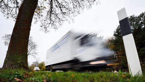 Lastwagen auf einer Landesstraße