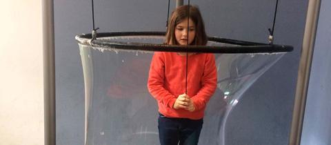Eva-Lotte steht in einer riesen Seifenblase.
