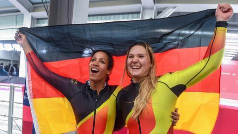 Pilotin Mariama Jamanka und Anschieberin Lisa Buckwitz aus Deutschland jubeln nach dem Zieleinlauf über ihre Goldmedaille im Zweierbob.