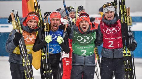 Eric Frenzel (l-r) Johannes Rydzek, Fabian Rießle und Vinzenz Geiger aus Deutschland jubeln nach dem Gewinn der Goldmedaille.