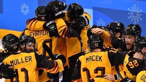 Die deutschen Eishochey Herren freuen sich über ihren Sieg gegen Kanada im Halbfinale.