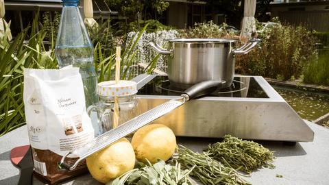 Schritt-für-Schritt-Anleitung: Mediterrane Kräuter-Limonade