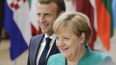 28.06.2018, Belgien, Brüssel: Bundeskanzlerin Angela Merkel (CDU) und Emmanuel Macron, Präsident von Frankreich, kommen zu dem Gipfel der EU Staats- und Regierungschefs.