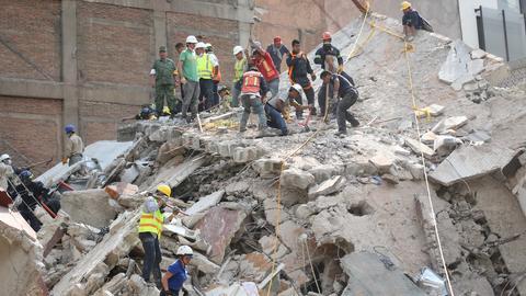 Helfer entfernen am 19.09.2017 in Mexiko-Stadt, die Überreste eines eingestürzten Gebäudes.