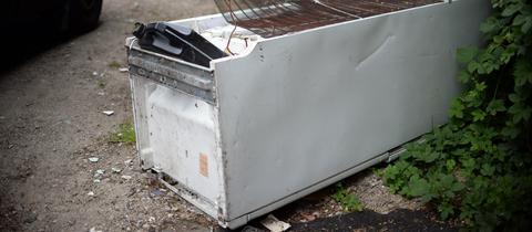 Ein alter Kühlschrank am Straßenrand
