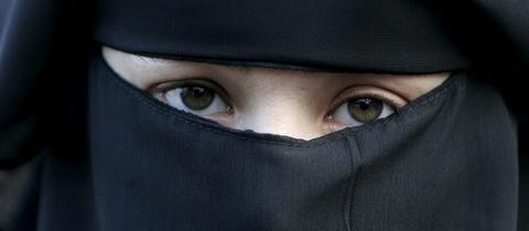 Ähnlich wie diese Frau zeigt sich auch Nadja R. in ihrem Video mit Burka