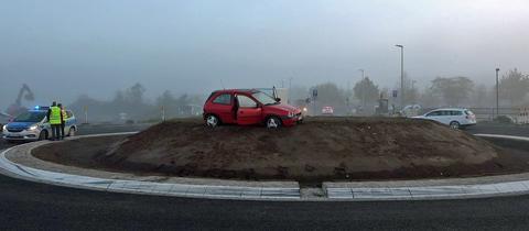 Autofahrer in Groß-Gerau übersieht Kreisel im Nebel