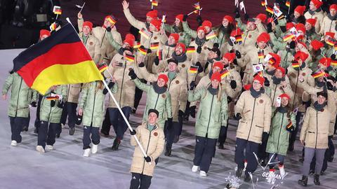 Das Deutsche Team mit Fahnenträger Eric Frenzel läuft bei der Eröffnungsfeier in das Olympiastadion.