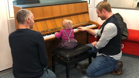 Papapi Rene und Tobi am Klavier