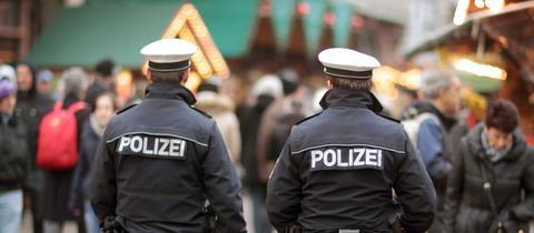 Zwei Polizisten laufen über den Sicherheit