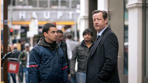Farim Koban (Jasper Engelhardt) neben Hauptkommissar Hanns von Meuffels (Matthias Brandt, r).