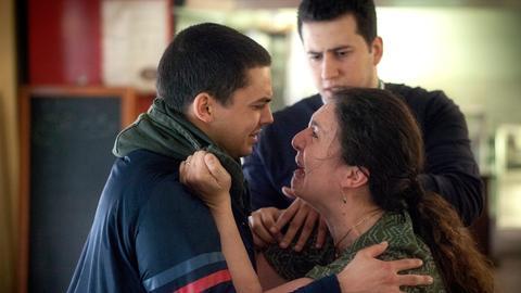 Farim Koban (Jasper Engelhardt) tritt der Mutter (Schirin Brendel) und dem Bruder (Adnan Albash) des getöteten Rayhan Sahil gegenüber.