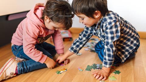 Kinder puzzlen
