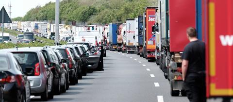 Fahrzeuge auf einer Autobahn bilden eine Rettungsgasse