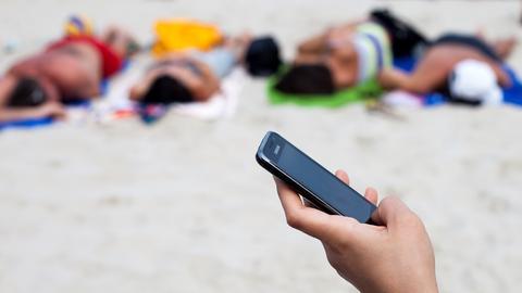 Die Roaminggebühren entfallen - und das Handy kann im Ausland mit an den Strand.