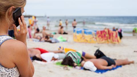 Mit dem Handy im Urlaub telefonieren wird jetzt günstiger.