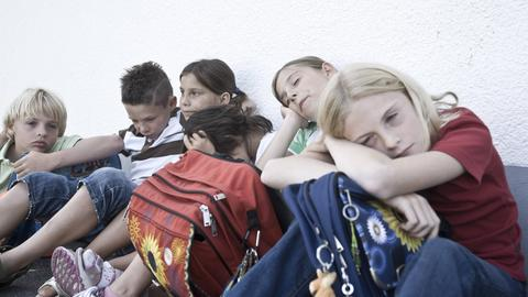 Müde Schüler auf dem Pausenhof