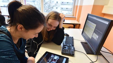 Zwei Schülerinnen sitzen am Computer in der Schule