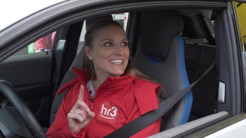 """hr3-Reporterin Tatjana testet den Parkour der Verkehrssicherheitsinitiative """"Sicher unterwegs in Hessen"""" auf dem Uni-Campus in Dieburg."""