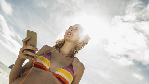 Finden den Sommer gar nicht so toll: Smartphones