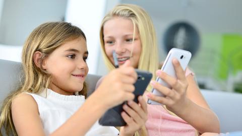 Jugendliche spielen mit dem Smartphone