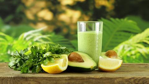 Grüner Smoothie mit Avocado und Zitrone