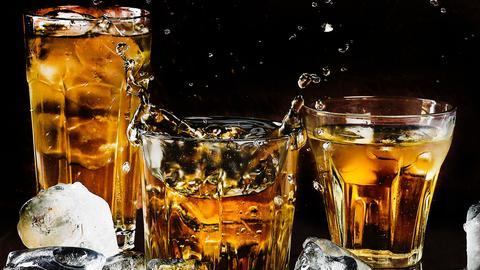 Drei Gläser gefüllt mit Alkohol