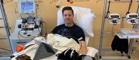 hr3 Mitarbeiter Bastian Bender bei der Stammzellspende